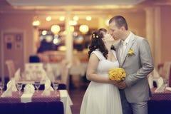 Państwo młodzi przy ślubu bankietem Zdjęcia Stock
