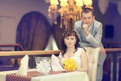 Państwo młodzi przy ślubu bankietem Obrazy Stock