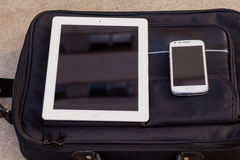 Pastylka i telefon komórkowy na modnej torbie kosmos kopii przewyższa Zdjęcie Royalty Free