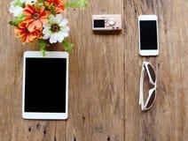 pastylka, kamera, telefon, eyeglasses i kwiaty w wazie, Fotografia Royalty Free