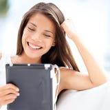 Pastylka komputer. Ładna azjatykcia kobiety mienia pastylka Zdjęcie Royalty Free