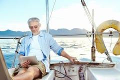Pastylka komputer na łodzi obraz royalty free