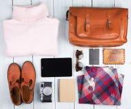 pastylka komputer osobisty, odziewa, hełmofony, kamera, buty i torba na des, Obrazy Royalty Free