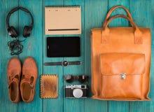 pastylka komputer osobisty, odziewa, hełmofony, kamera, buty, zegarek i sunglas, Obraz Royalty Free