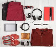 pastylka komputer osobisty, odziewa, hełmofony, kamera, buty, zegarek i sunglas, Zdjęcie Stock