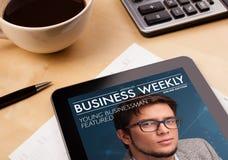 Pastylka komputer osobisty pokazuje magazyn na ekranie z filiżanką kawy na d Fotografia Royalty Free
