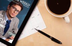 Pastylka komputer osobisty pokazuje magazyn na ekranie z filiżanką kawy na d Zdjęcie Royalty Free
