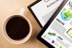 Pastylka komputer osobisty pokazuje wiadomość na ekranie z filiżanką kawy na biurku Zdjęcie Stock
