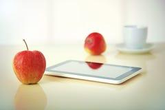 Pastylka komputer osobisty z jabłkiem zdjęcia royalty free