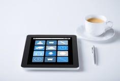 Pastylka komputer osobisty z podaniowymi ikonami i filiżanką kawy Fotografia Stock