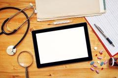 Pastylka komputer z pustym ekranem na doctor& x27; s biurowy biurko zdjęcie stock