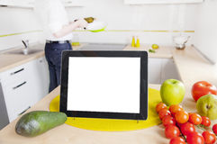 Pastylka komputer z pustym ekranem w kuchni Fotografia Stock
