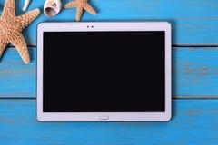 Pastylka komputeru osobistego błękita komputerowej plaży pokładu lata drewniany tło Obraz Stock