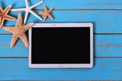 Pastylka komputeru osobistego komputeru plaży lata tła drewna błękitna powierzchnia Obraz Royalty Free