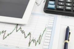 Pastylka pecet, kalkulator, pióro i pieniężny wykres na białym tle, zdjęcie stock