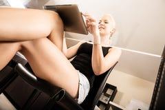 Pastylka pecet na biurku Zdjęcia Royalty Free