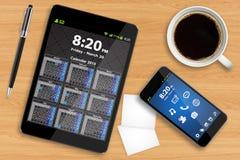 Pastylka telefon komórkowy na biurowym biurku i komputer osobisty Obrazy Stock