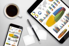 Pastylka telefon komórkowy na biurowym biurku i komputer osobisty Zdjęcia Stock