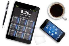 Pastylka telefon komórkowy na biurowym biurku i komputer osobisty Fotografia Stock