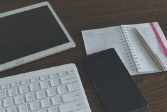 Pastylka z klawiaturą i smartphone zdjęcia stock