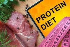 Pastylka z proteinową dietą i świeżym mięsem zdjęcie stock