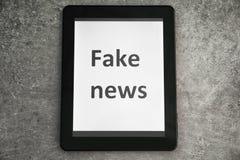 Pastylka z tekst imitacji wiadomością na ekranie przeciw popielatemu tłu zdjęcia royalty free