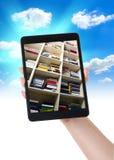 Pastylki ebook biblioteka na ręce obrazy stock