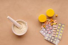 Pastylki i witaminy na stole Obrazy Royalty Free
