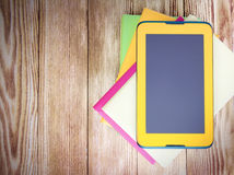 Pastylki ipad koloru żółtego ekran na drewnianym tle Obrazy Royalty Free