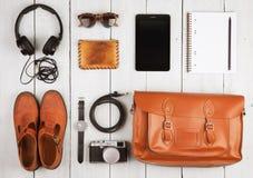 pastylki komputer osobisty, hełmofony, kamera, buty, zegarek i okulary przeciwsłoneczni na th, Zdjęcia Royalty Free