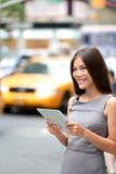 Pastylki komputerowa biznesowa kobieta w Miasto Nowy Jork Zdjęcia Royalty Free