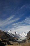 Pasu glaciär och härlig himmel i nordliga Pakistan Arkivfoton