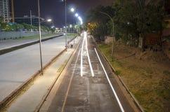 Pasy ruchu i biali samochodowi światła Obrazy Stock
