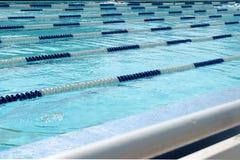 Pasy ruchu pływacki basen nad bławą przejrzystą wodą Zdjęcia Royalty Free