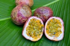 Pasyjna owoc na zielonym liściu Obrazy Royalty Free