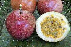 Pasyjna owoc wśrodku Rarotonga wyplatać koszykowych Kucbarskich wysp Obrazy Stock