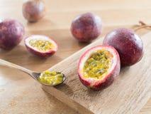 Pasyjne owoc na drewnianej tnącej desce Zdjęcia Royalty Free