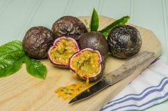 Pasyjne owoc z liśćmi, nożem i białymi kwiatami w słoju, Obrazy Stock