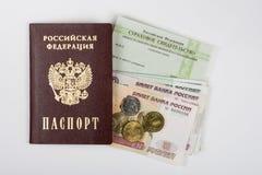 Paszport, asekuracyjny świadectwo i pieniądze na białym tle, Zdjęcie Royalty Free