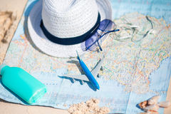 Paszport, bilet, telefon na tło mapie świat samolotowa tła pojęcia kuli ziemskiej ilustracja odizolowywająca surranded target771_ Obraz Stock