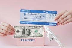 Paszport, dolary i lotniczy bilet w kobiety r?ce na r??owym tle, Podr??y poj?cie, kopii przestrze? obrazy stock