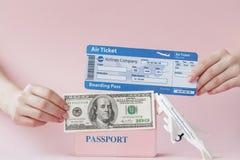 Paszport, dolary i lotniczy bilet w kobiety r?ce na r??owym tle, Podr??y poj?cie, kopii przestrze? zdjęcie royalty free
