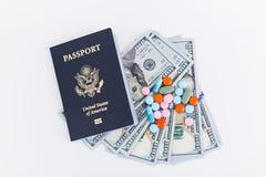 Paszport, dolary i pigułki, Zdjęcie Stock