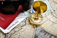 Paszport, kompas, bilet, pieniądze, okulary przeciwsłoneczni na bardzo starym słowie ma Zdjęcie Royalty Free
