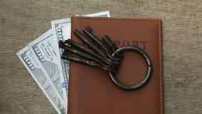 Paszport, pieniądze z wiązką różni klucze zdjęcie wideo