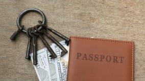Paszport, pieniądze z wiązką różni klucze zbiory