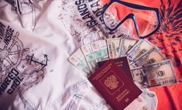 Paszport, pieniądze i ubrania, przygotowywamy dla wakacji obrazy royalty free