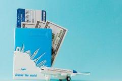 Paszporta, dolarów, płaskiego i lotniczego bilet na błękitnym tle, Podr??y poj?cie, kopii przestrze? zdjęcie royalty free