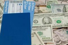 Paszporta i linii lotniczej bilety przeciw t?u dolary zdjęcie royalty free