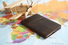 Paszporta i zabawki samolot na światowej mapie obrazy stock
